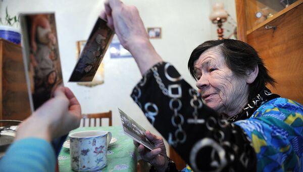 Волонтеры дома у пожилой женщины. Архивное фото