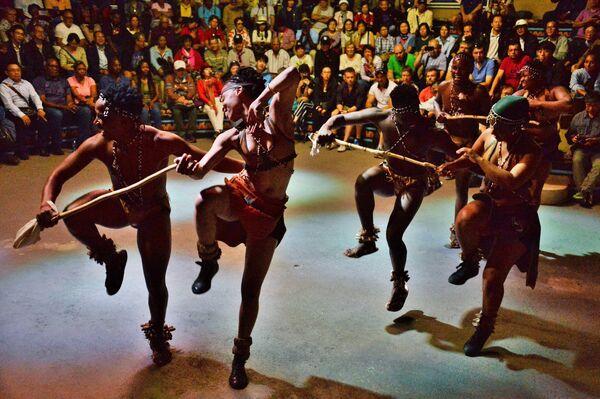 Танцы древних южноафриканских народов для гостей этнографической деревни Леседи возле города Претория (ЮАР)
