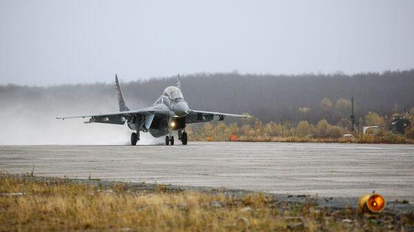 Многоцелевой истребитель МиГ-29 во время тренировочных полетов на военном аэродроме Североморск-3 в Мурманской области