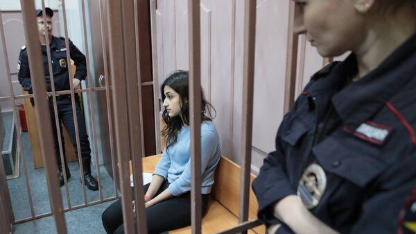Одна из сестер Хачатурян в зале Басманного суда Москвы