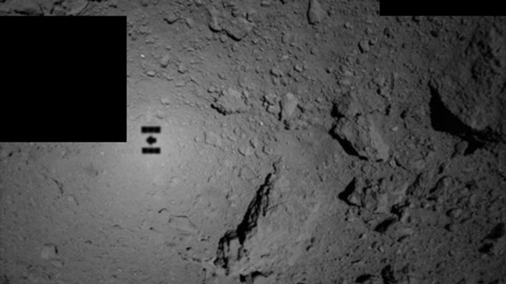 Тень зонда Хаябуса-2 на астероиде Рюгу - РИА Новости, 1920, 06.12.2020