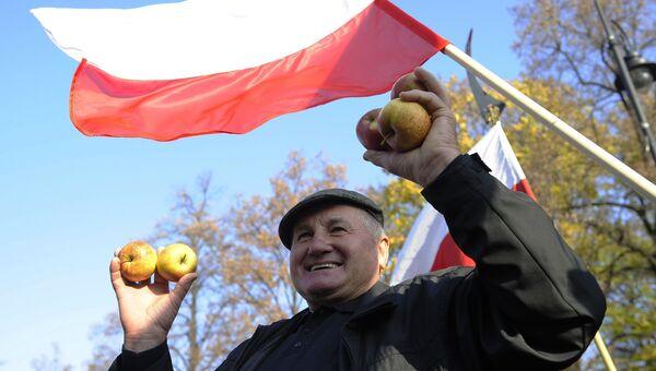 Польский фермер на акции протеста в Варшаве против запрета на ввоз польских овощей и фруктов в Россию. Архивное фото
