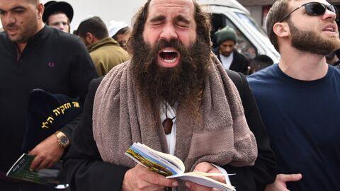Паломники-хасиды, прибывшие в город Умань на празднование Нового года Рош ха-Шана, во время молитвы