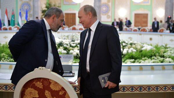 Президент РФ Владимир Путин и премьер-министр Армении Никол Пашинян после заседания Совета глав государств-участников СНГ в Душанбе. 28 сентября 2018