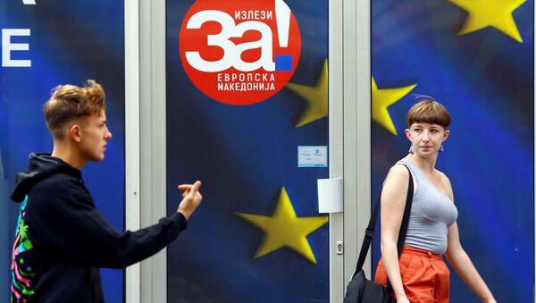 Плакаты к референдуму в Македонии об изменении названия страны, которое откроет путь для вступления в НАТО и Европейский союз в Скопье, Македония. 28 сентября 2018