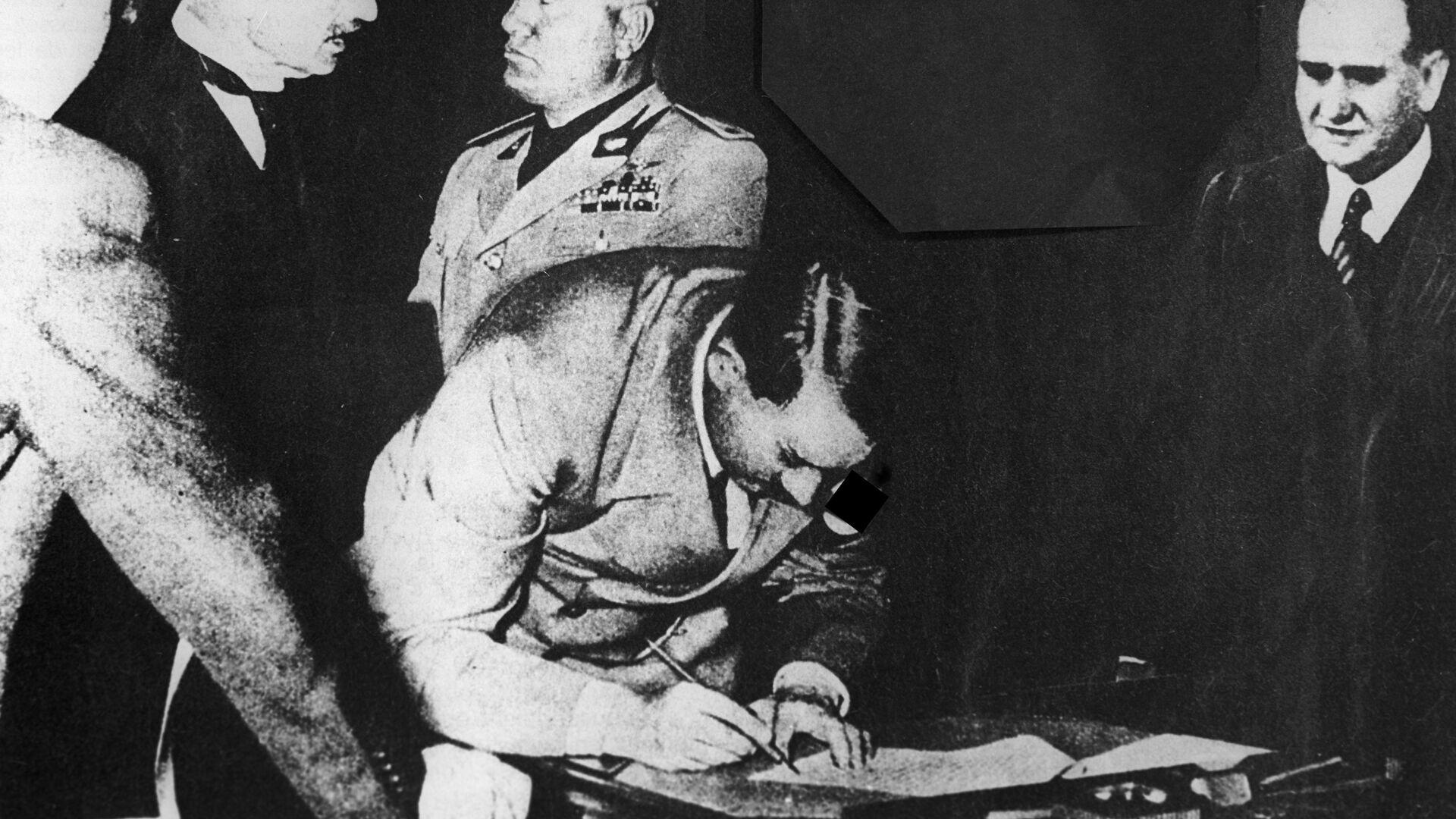 Рейхсканцлер Германии Адольф Гитлер подписывает Мюнхенское соглашение 1938 года о разделе Чехословакии - РИА Новости, 1920, 26.01.2021
