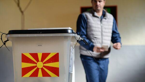 Участник голосования на референдуме по межправительственному договору с Грецией о переименовании бывшей югославской Республики Македония в Республику Северная Македония. 30 сентября 2018