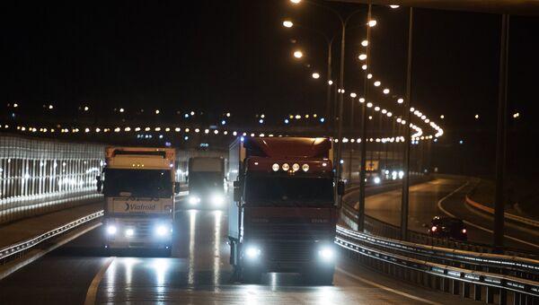 Грузовые машины на подъезде к Керченскому мосту, где были сняты ограничения на движение фур свыше 3,5т. 1 октября 2018