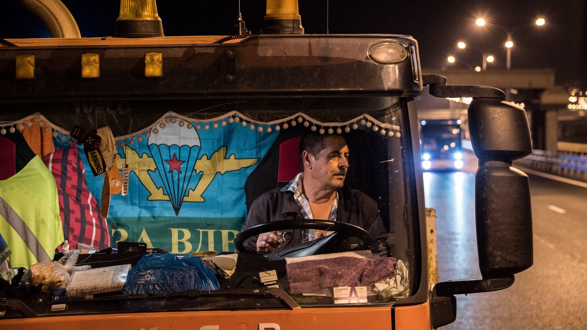 Водитель в кабине грузовой машины на Крымском мосту - РИА Новости, 1920, 24.02.2021