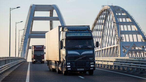 Грузовые машины на Крымском мосту. Архивное фото