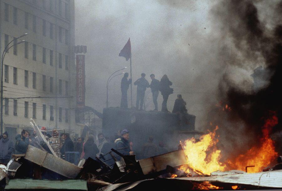 Баррикады сторонников ВС РФ на Смоленской площади. 2 октября 1993 года