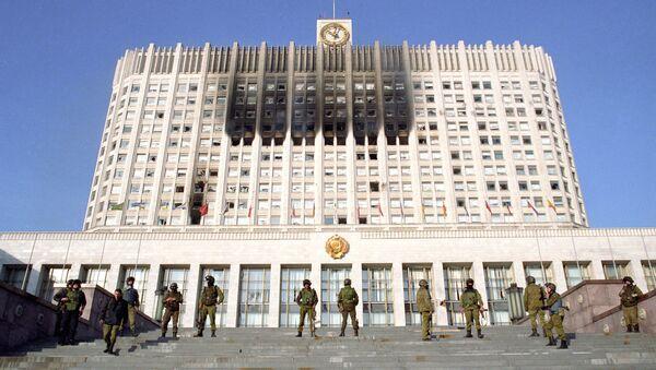 Бойцы спецотряда МВД РФ «Альфа» контролируют вход в здание Верховного Совета в октябре 1993 г. Архивное фото