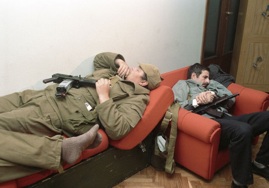 Вооруженные участники октябрьских событий 1993 года спят в одной из комнат Дома Советов РФ