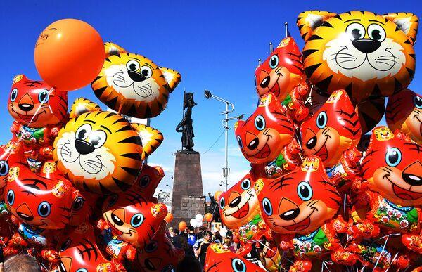 Продажа воздушных шаров, посвященных Дню тигра, на Центральной площади во Владивостоке