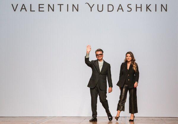 Модельер Валентин Юдашкин и его дочь Галина на показе новой коллекции весна-лето 2019 года модельера В. Юдашкина на Неделе моды в Париже