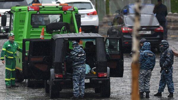 Сотрудники полиции эвакуируют автомобиль Мерседес на Васильевском спуске в Москве