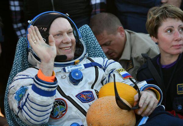 Космонавт Роскосмоса Олег Артемьев после приземления спускаемого аппарата корабля Союз МС-08