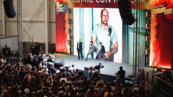 Кинорежиссер и сценарист М. Найт Шьямалан не фестивале Comic Con Russia