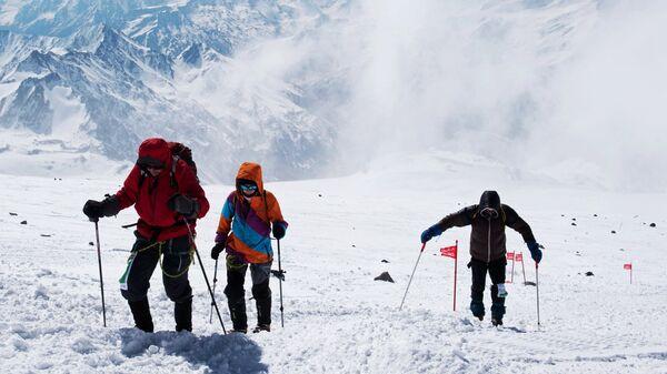 Участники во время скоростного восхождения на западную вершину Эльбруса