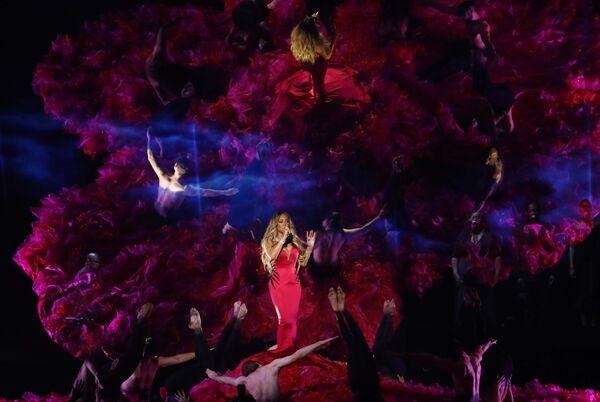 Мэрайя Кэри во время выступления на церемонии награждения American Music Awards в Лос-Анджелесе