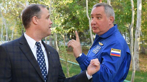 Генеральный директор ГК Роскосмос Дмитрий Рогозин и глава NASA Джим Брайденстайн