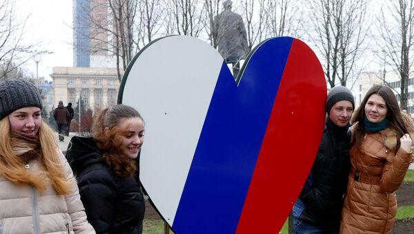 Жители Донецка на митинге-концерте в честь годовщины воссоединения Крыма с Россией