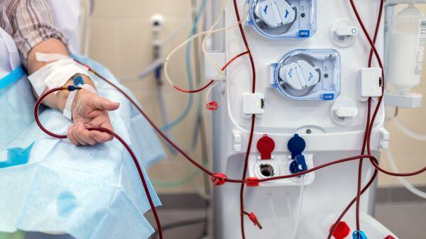 Пациент во время процедуры очистки крови на аппарате Искусственная почка
