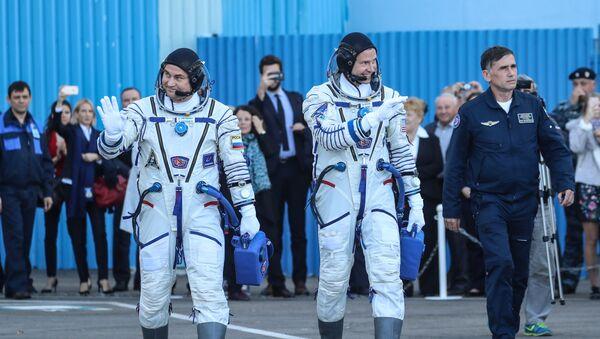 Космонавт Роскосмоса Алексей Овчинин и астронавт NASA Ник Хейг перед стартом ракеты-носителя Союз-ФГ с пилотируемым кораблем Союз МС-10 на космодроме Байконур