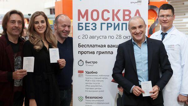 Народный артист России музыкант Михаил Турецкий (второй справа) и музыканты Хора Турецкого после прививок против гриппа