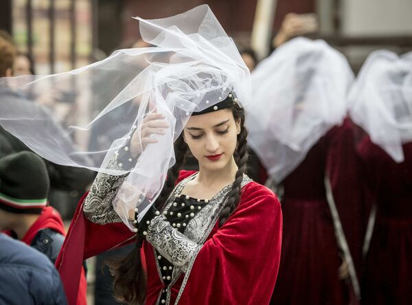 Танцовщица перед началом фестиваля грузинской культуры Тбилисоба в Москве - 2018