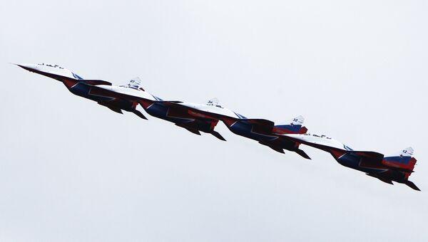 Пилотажная группа Стрижи на истребителях МиГ-29. Архивное фото