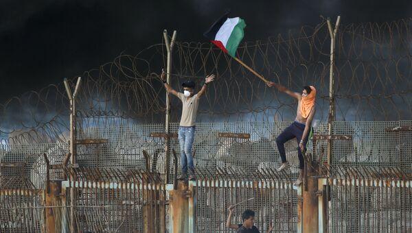 Палестинские протестующие на пляже возле границы с Израилем. Архивное фото