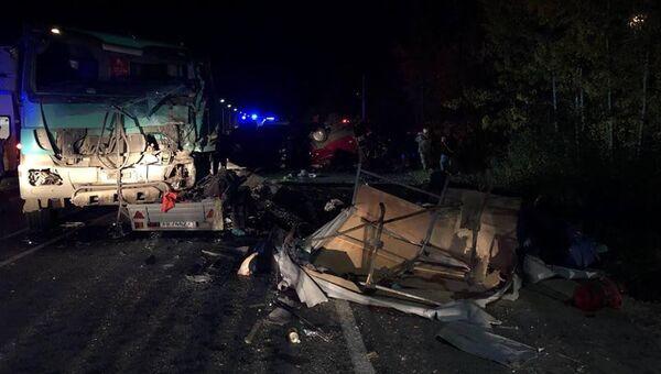 Последствия ДТП на трассе М-7 в Чебоксарском районе возле деревни Большие Карачуры в Чувашии. 11 октября 2018