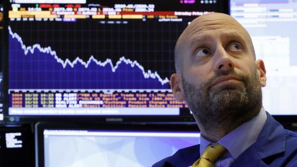 Трейдер на Нью-Йоркской фондовой бирже. 10 октября 2018