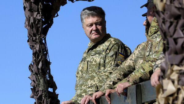 Президент Украины Петр Порошенко во время учений Вооруженных сил Украины. Архивное фото