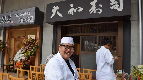 Повар из ресторана на новом рыбном рынке в Токио
