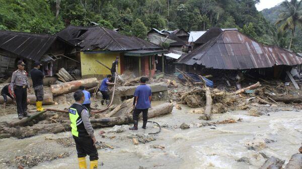 Спасательная операция в провинции Северная Суматра в Индонезии. 13 октября 2018
