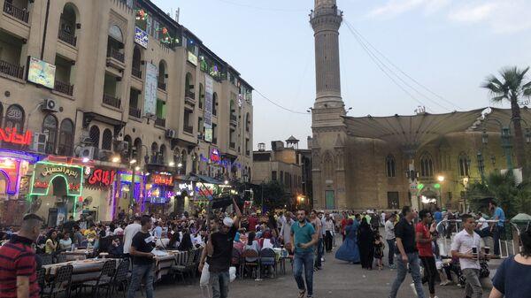 Местные жители и туристы в кафе на площади рядом со знаменитым историческим рынком Хан-эль-Халили в Каире