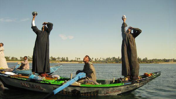 Местные жители развлекают катающихся по Нилу туристов