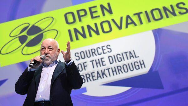 Президент фонда Сколково Виктор Вексельберг выступает на международном форуме Открытые инновации - 2018