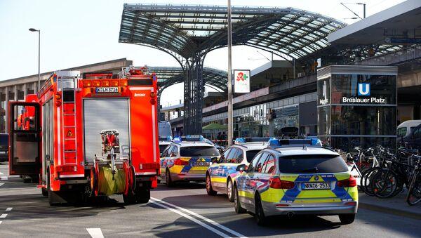 Полицейские автомобили у здания центрального вокзала в Кельне