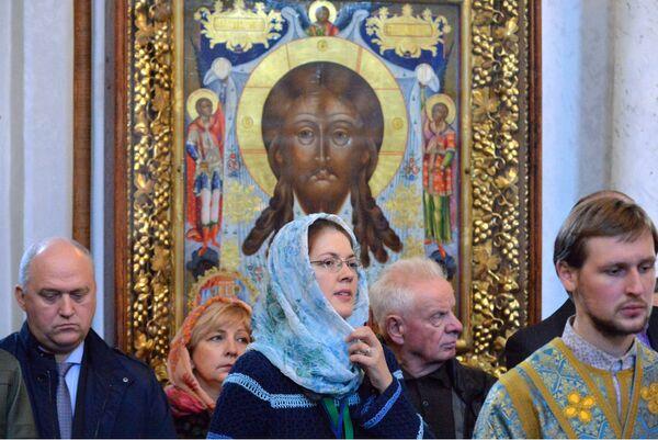Верующие в Свято-Духовом кафедральном соборе в Минске, где проводит богослужение патриарх Московский и всея Руси Кирилл