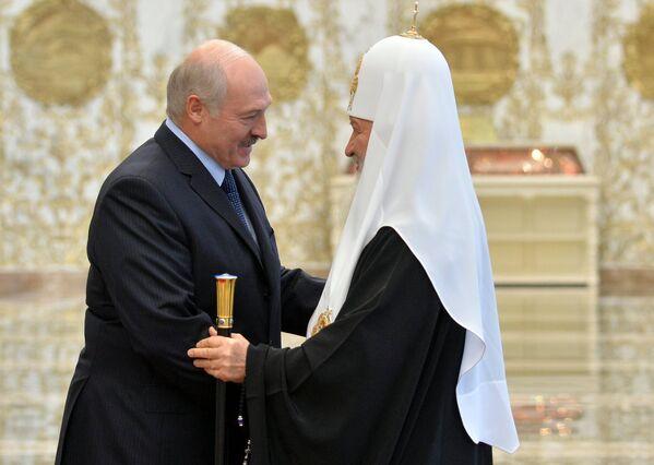 Президент Белоруссии Александр Лукашенко и патриарх Московский и всея Руси Кирилл во время встречи в Минске