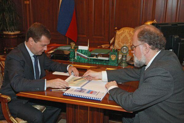 Президент России Дмитрий Медведев и глава Центризбиркома Владимир Чуров (слева направо) во время встречи в Кремле