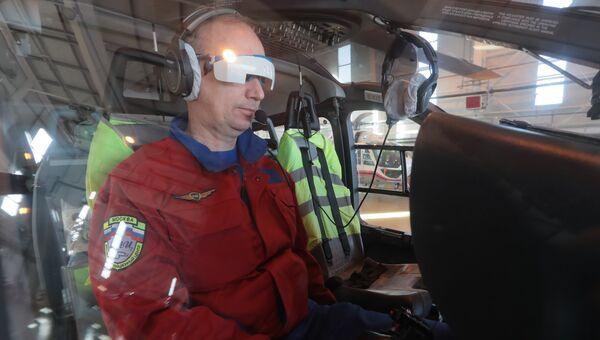 Пилот в очках-шторках