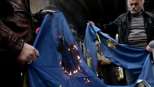 Протестующие сжигают флаг ЕС в Салониках
