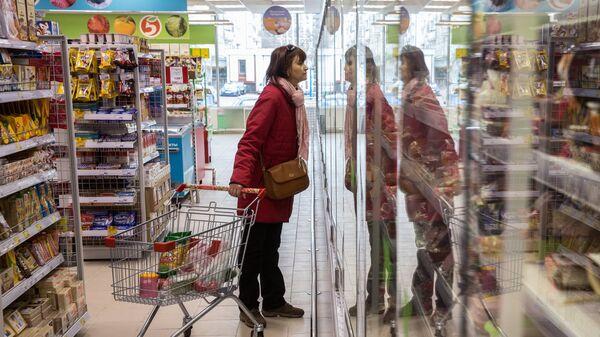 Покупательница в магазине Пятерочка в Москве