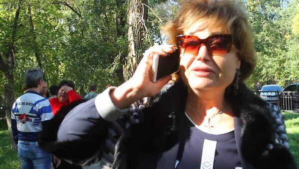 Директор Керченского политехнического колледжа Ольга Гребенникова у колледжа, в котором произошел взрыв