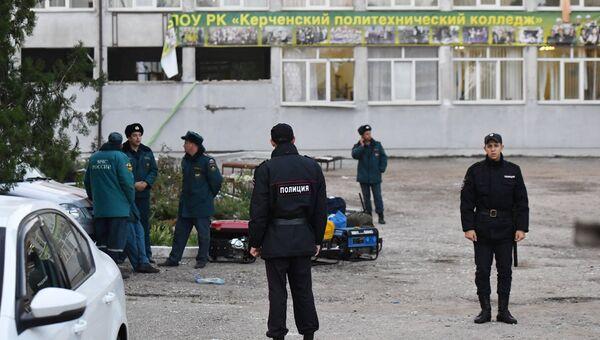Сотрудники правоохранительных органов у здания Политехнического колледжа в Керчи. Архивное фото