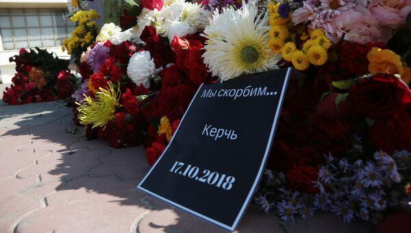 Цветы у народного мемориала в Симферополе в память о погибших при нападении на Керченский политехнический колледж